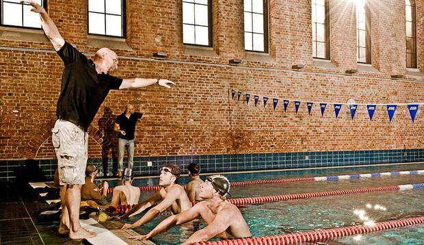 """""""Arm lang, Schulter weit nach oben!"""" Die Ex-Vereinsschwimmer Arndt (links) und Markus lauschen den Anweisungen des Bundestrainers"""