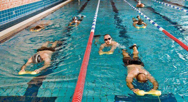 10 Kollegen haben 8 Wochen an ihrem Kraulschwimmstil gefeilt. Das können Sie auch. In Folge 1 unserer Schwimmschule geht's um die richtige Beinarbeit