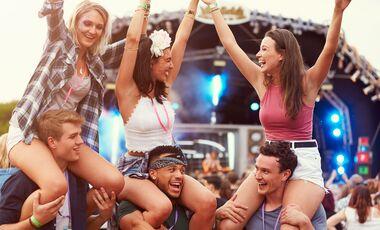 6 junge Menschen auf einem Festival