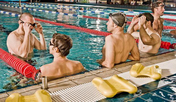 6 sportliche, fitte Männer wollen das Kraulschwimmen erlernen