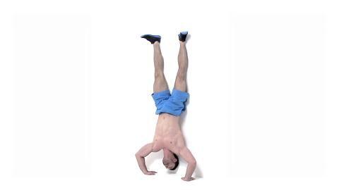 Alles geben, so lautet das Motto beim Tabata-Training. Dieses Workout verbrennt in nur 16 Minuten pro Tag Ihre restlichen Fettreserven. Erhöhte Liegestütze im umgekehrten V als Fortgeschrittenen-Übung trainieren Schultern und Arme.