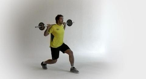 Als Außenspieler braucht Torsten Jansen flinke Beine, um sich mit schnellen Schritten vom Gegner abzusetzen. Im Tempo-Training zeigt der Handballer Ausfallschritte mit Langhantel.<br /> <br /> A) Stellen Sie sich gerade hin und legen Sie die Hantelstange im Obergriff auf den Schultern ab. Die Füße hüftbreit auseinanderstellen, Schultern zurückziehen, den ganzen Rumpf anspannen.<br /> B) Dann machen Sie einen Schritt nach vorn, bis das vordere Bein im rechten Winkel gebeugt ist. In dieser Stellung den Körper kurz halten, ehe Sie ihn wieder in die Ausgangsposition drücken. Die Übung mit dem anderen Bein wiederholen.