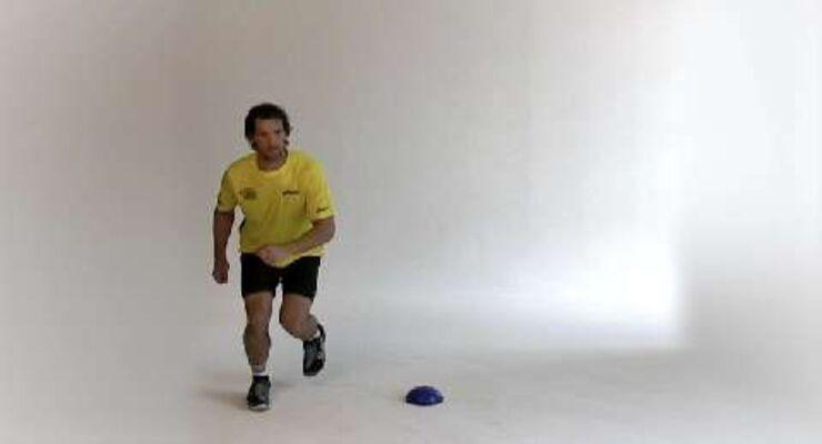 Als Außenspieler braucht Torsten Jansen flinke Beine, um sich mit schnellen Schritten vom Gegner abzusetzen. Im Tempo-Training zeigt der Handballer Seitsprünge.<br /> <br /> A) Einen Meter rechts neben einer Markierung aufstellen. Mit Tippelbewegungen beginnen, bevor Sie seitwärts über das Hütchen springen.<br /> B) Mit dem linken Bein den Sprung abfedern, indem Sie leicht in die Knie gehen. Das andere Bein nachziehen, den Fuß aber nicht auf den Boden setzen, sondern gleich zurückspringen.