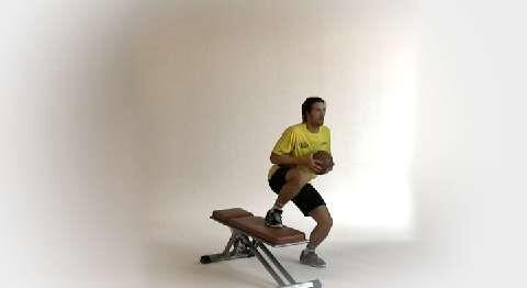 Als Außenspieler braucht Torsten Jansen flinke Beine, um sich mit schnellen Schritten vom Gegner abzusetzen. Im Tempo-Training zeigt der Handballer Seitsprünge mit Zwischenschritt.<br /> <br /> A) Links neben die Bank stellen, den linken Fuß aufsetzen. Mit beiden Händen halten Sie den Ball dicht am Körper.<br /> B) Dynamisch ab- und dann seitlich über die Bank springen.<br /> C) Auf dem linken Fuß landen, kurz abfedern, während der rechte Fuß kurz auf die Bank tippt. Dann sofort zurück.