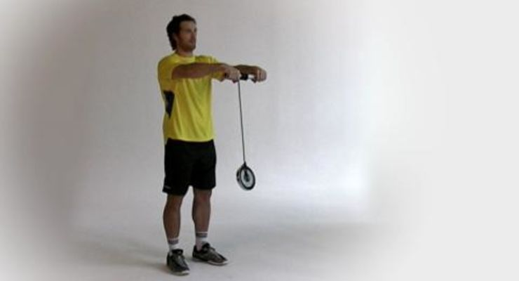 Als Außenspieler braucht Torsten Jansen kräftige Handgelenke für rasante Drehwürfe. Im Workout zeigt der Handballer Handgelenk-Strecken mit Seilhantel.<br /> <br /> A) Schnur mit einem Ende an einer Kurzhantelstange, mit dem anderen an einer Hantelscheibe befestigen. Aufrecht stehen, Stange außen im Obergriff halten, die Arme nach vorne strecken.<br /> B) Schnur aufrollen, indem Sie die Handgelenke immer abwechselnd nach vorn knicken und dann nachgreifen. Die Arme stets gestreckt halten.