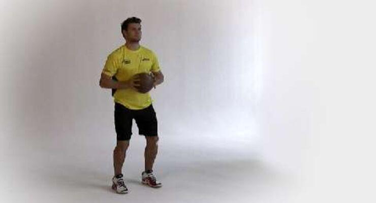 Als Rückraumspieler feuert Michael Kraus den Ball aus größerer Distanz mit voller Wucht aufs Tor. Dafür braucht er starke Arme und Schultern. Die 4 Top-Übungen des Nationalspielers machen auch Sie zum Ballermann.<br /> <br /> A) Mit dem Medizinball knapp 3 Meter frontal vor eine Wand stellen. Halten Sie den Ball mit beiden Händen vor der Brust, Handrücken zum Körper. Füße schulterbreit auseinanderstellen.<br /> B) Werfen Sie den Ball explosiv gegen die Wand. Die Arme dabei vollständig durchstrecken und den zurückspringenden Ball wieder auffangen.
