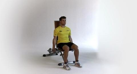 Als Rückraumspieler feuert Michael Kraus den Ball aus größerer Distanz mit voller Wucht aufs Tor. Dafür braucht er starke Arme und Schultern. Die 4 Top-Übungen des Nationalspielers machen auch Sie zum Ballermann.<br /> <br /> A) Sie sitzen aufrecht auf einer Bank und halten je eine Kurzhantel in der Hand. Die Arme hängen locker herunter, die Daumen zeigen nach vorne.<br /> B) Gewichte hochheben, dabei die Handflächen zur Brust drehen, so dass die Daumen außen sind. Oberarme sind waagerecht, die Unterarme senkrecht (90-Grad-Winkel in den Ellenbogen).<br /> C) Langsam stemmen, bis die Stangenenden sich berühren. Kurz halten, kontrolliert senken.