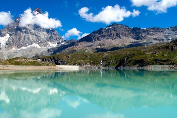 Am Fuße des Berges liegt der malerische Gran Paradiso Nationalpark