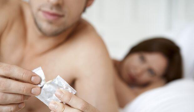 An der Seite oder auf dem Rücken der Verpackung ist die Breite des Kondoms vermerkt
