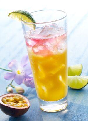 AquaFit löscht den Durst mit Wasser und Früchten