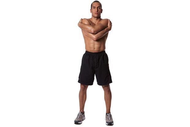 Arm- und Schulterdehnen mit verschränkten Armen