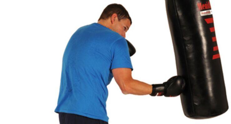 Aufwärtshaken sind die ideale Technik, wenn Sie nahe am Mann stehen. Auch hier gilt: stets auf Ihre Doppeldeckung achten!