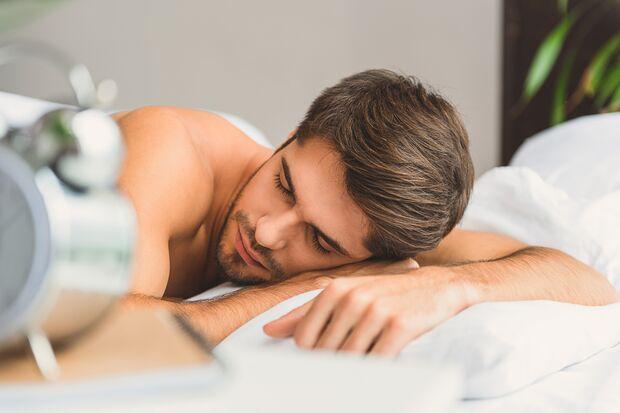 Ausreichend Schlaf vermeidet Augenringe