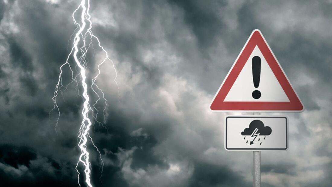 Autofahren bei Gewitter kann blitzschnell zu einer gefährlichen Angelegenheit werden