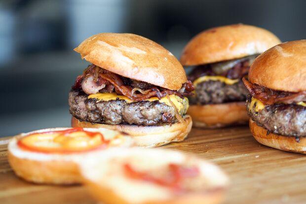 Bacon gibt dem Burger einen rauchigen Geschmack