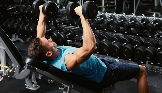 Bankdrücken gehört zu den Grundübungen für den Muskelaufbau