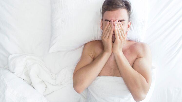 Arzt hilft Patientin beim Orgasmus