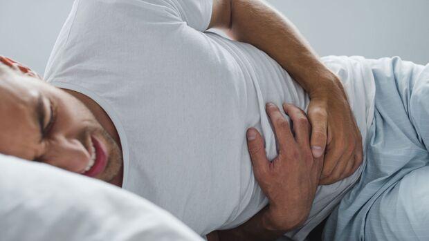 Bei starken Schmerzen nach einem diagnostizierten Leistenbruch solltest du die Notaufnahme des nächstgelegenen Krankenhauses aufsuchen