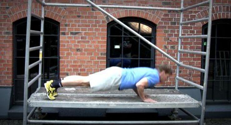 Bei unserer Street-Workout-Challenge hat Chefredakteur Markus Stenglein Superman-Push-Ups getestet. Sein Tipp: Trainieren Sie mit Kumpels, dann fällt das brettharte Training gleich leichter.