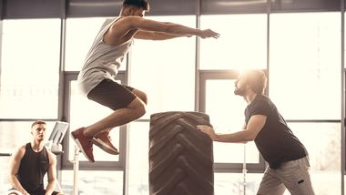 Beim Crossfit-Training können Sie sich richtig auspowern, trainieren mit Kumpels und gegen die Zeit
