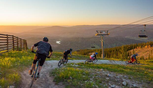 Beim Downhill geht's ähnlich wie beim Skifahren mit dem Lift aufwärts und dann auf natürlichen und präparierten Strecken zurück ins Tal