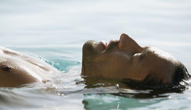 Beim Flaoting schwimmen Sie in einem Salzbad