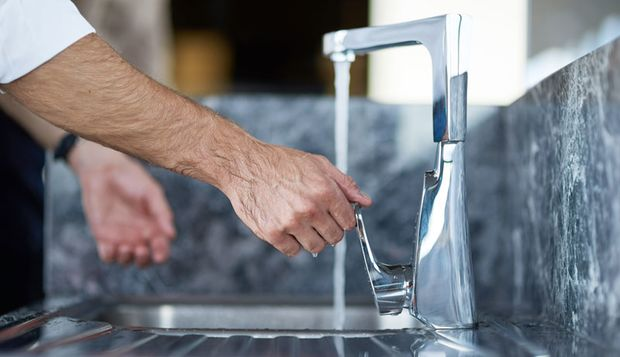 Beim Händewaschen sollte man jeden Finger von allen Seiten waschen