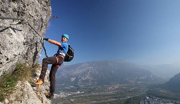 Beim Klettersteiggehen immer am langen Arm bleiben! Das spart Kraft