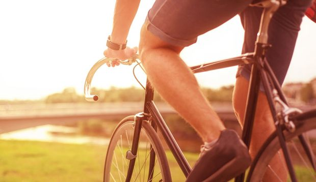 Beim Radfahren entsteht eine große Reibung zwischen den Beinen. Eingewachsene Haare in der Region können dabei ganz schnell unangenehm werden.