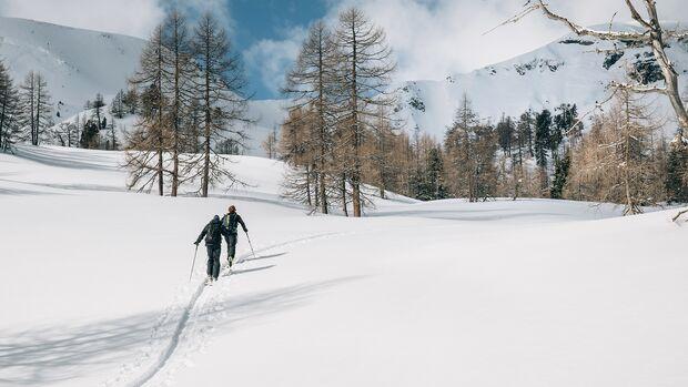 Beim Tourengehen oder Skibergsteigen geht's nicht mit Liften, sondern auf Skiern per Muskelkraft auf die Berge
