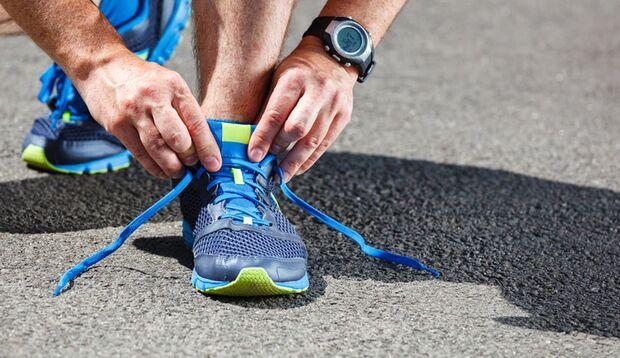 Beim Training schwitzen Sie überall – auch an den Füßen. Vergessen Sie bei der Wäsche daher nicht Ihre Schuhe!)