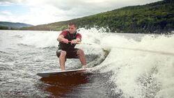 Beim Wakeboarden steht der Fahrer seitlich zur Fahrtrichtung auf dem Brett