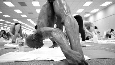Bikram Yoga zählt mit weltweit über 700 Studios zu den beliebtesten Yoga-Formen