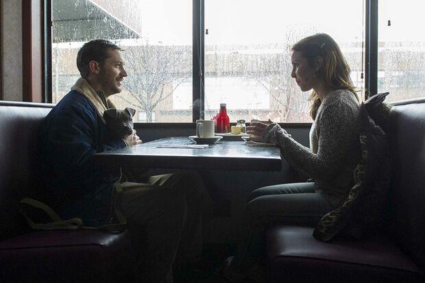 Bob (Tom Hardy) verliebt sich in seine Nachbarin Nadia (Noomi Rapace)