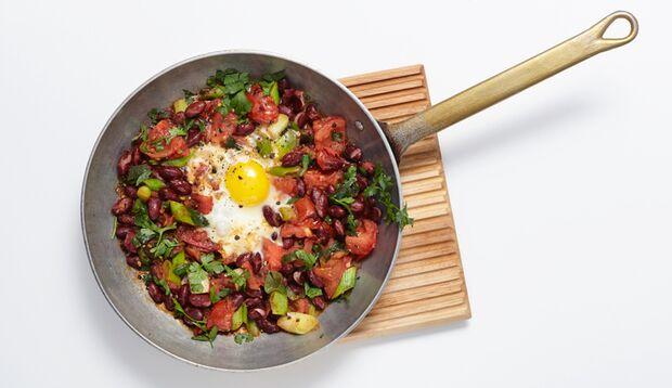 Bohnen-Pfanne mit Ei