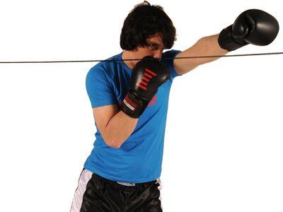 Boxer brauchen Ausdauer, Kraft und Koordination. Diese Übungen machen Sie rundum fit. Tipp: Kombinieren Sie das Workout mit den Box-Übungen! Meidbewegungen mit Schlag sollten Sie 30mal pro Seite ausführen, bei drei Durchgängen.