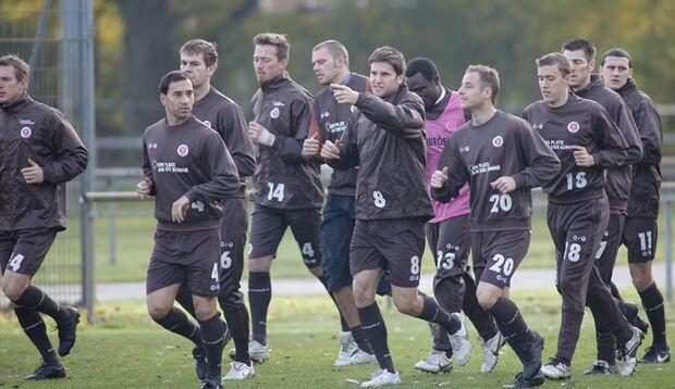 Bruns und seine Mannschaftskollegen beim warm laufen