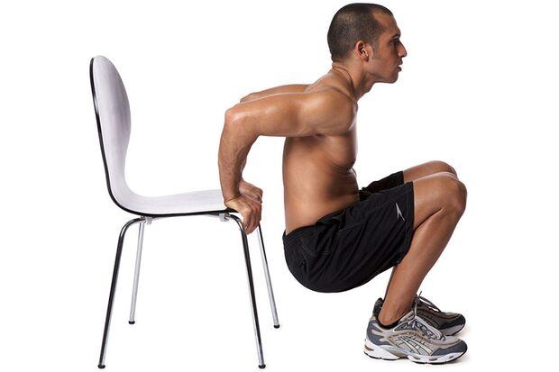Brust- und Schulterdehnen am Stuhl