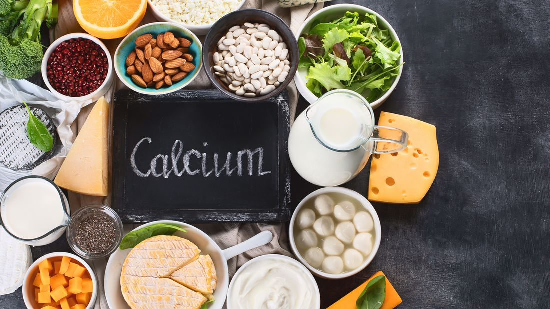 Calcium steckt vor allem in Milch und Milchprodukten, doch auch in einigen Gemüse- und Obstsorten