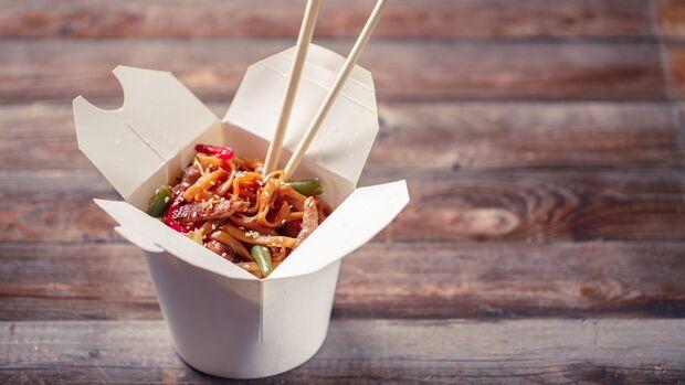 Chinesische Nudeln können durch süß-sauer-Soße und frittiertes Hühnchen schnell zur Kalorienfalle werden