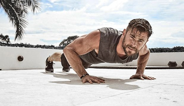 """Chris Hemsworth im Training: """"Derzeit stehen viele funktionelle Übungen mit dem Körpergewicht und Extragewicht an"""""""