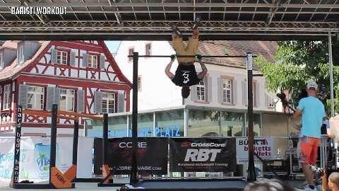 Christopher Glotz aus Deutschland zeigte eine Performance aus Archer Pull-Up, Muscle Up, Korean Dip, L-Sit, Back Lever, Forearm L-Sit und Behind back clap Push-ups.