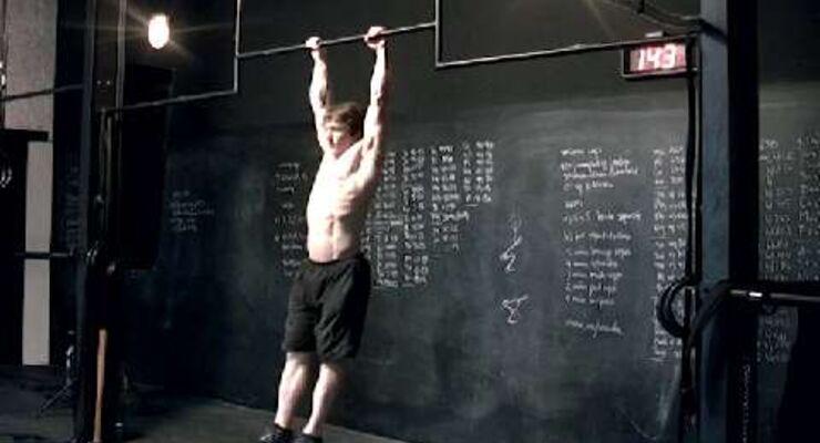 Crossfit-Experte Leo Löhr demonstriert, worauf es beim Crossfit ankommt. Er zeigt Ihnen 9 Trainings-Klassiker mit Videoanleitung