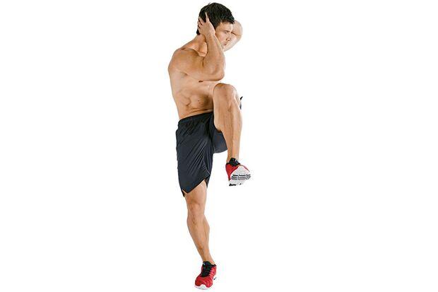 Crunches im Stehen mit Knieheben und Rumpfdrehung