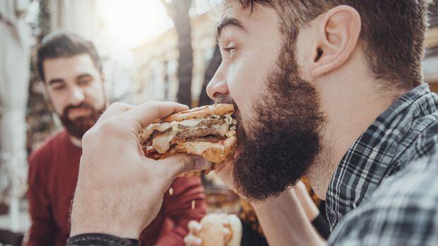 Da haben Sie ein fettes Problem: Denn wer schnell isst, wird auch schneller fett