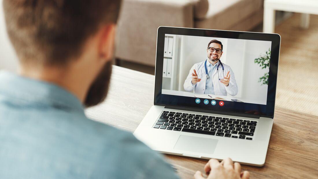 Dank Telemedizin kann man einen Arzt online konsultieren, ohne sich der Gefahr einer Ansteckung im Wartezimmer auszusetzen