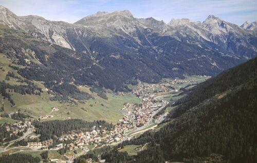 Das Dörfchen St. Anton mit Blick auf die Berge