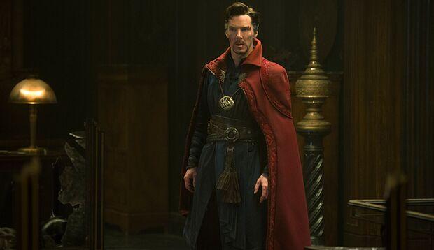 Dass Dr. Strange nicht zum albernen Budenzauber wird, liegt an den atemberaubenden CGI-Effekten, sowie jeder Menge Witz und Selbstironie