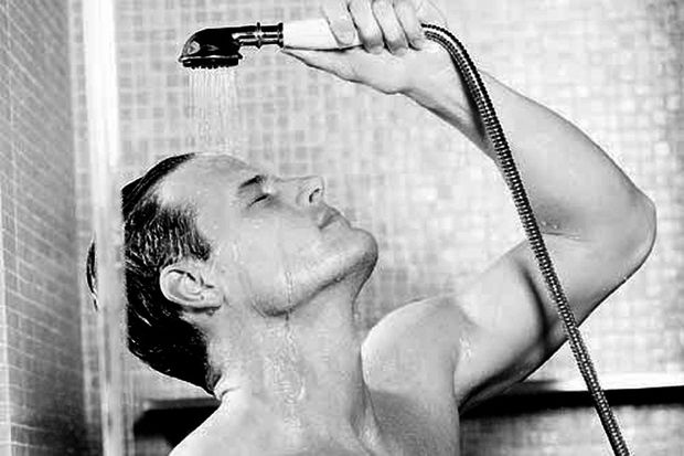 Dehnübung für den Rücken unter der Dusche