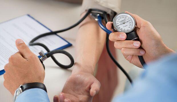 Der Blutdruck sollte regelmäßig kontrolliert werden